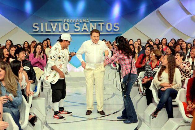 Silvio Santos faz streptease durante o programa