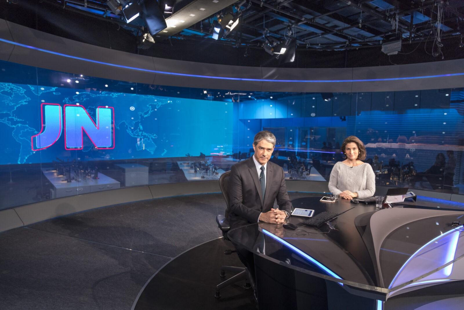 Foto: William Bonner e Renata Vasconcellos no novo estúdio do 'Jornal Nacional'. Crédito: Globo/Sergio Zalis
