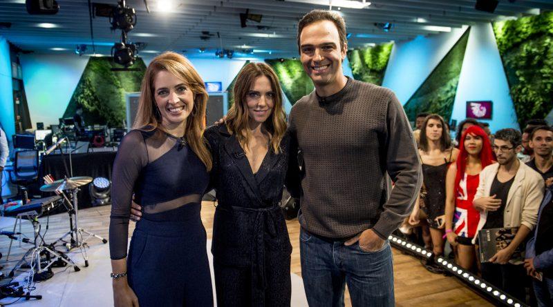 Os apresentadores Poliana Abritta e Tadeu Schmidt recebem a ex-Spice Girl Mel C no estúdio do 'Fantástico'. Crédito: Globo/ João Cotta