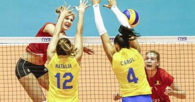 Carol e Natália no bloqueio duplo (Divulgação/FIVB)
