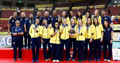 Brasil durante a cerimônia de premiação (Divulgação/FIVB)