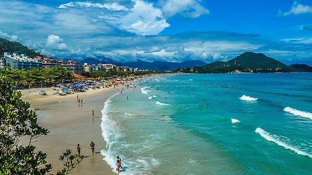 Ubatuba: Vista da Praia Grande a partir do Mirante entre ela e a Praia das Toninhas. (Por DeyvesMartins - Obra do próprio, CC BY-SA 4.0, https://commons.wikimedia.org/w/index.php?curid=61471638)
