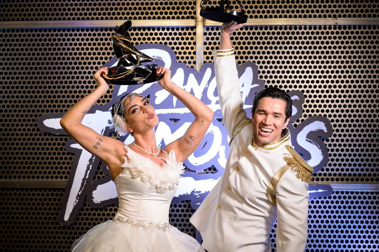 Maria Joana e Reginaldo Sama com o troféu de campeões do Dança dos Famosos (Crédito: Globo/Ramón Vasconcelos)