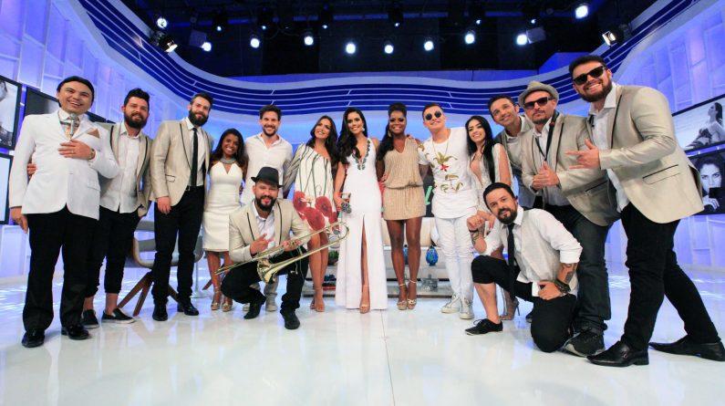 No palco, a apresentadora Daniela Albuquerque recebe o cantor MC Gui, a modelo Carla Prata e os repórteres Adriana Bombom e Rafael Pessina, todos em trajes brancos em homenagem ao réveillon.