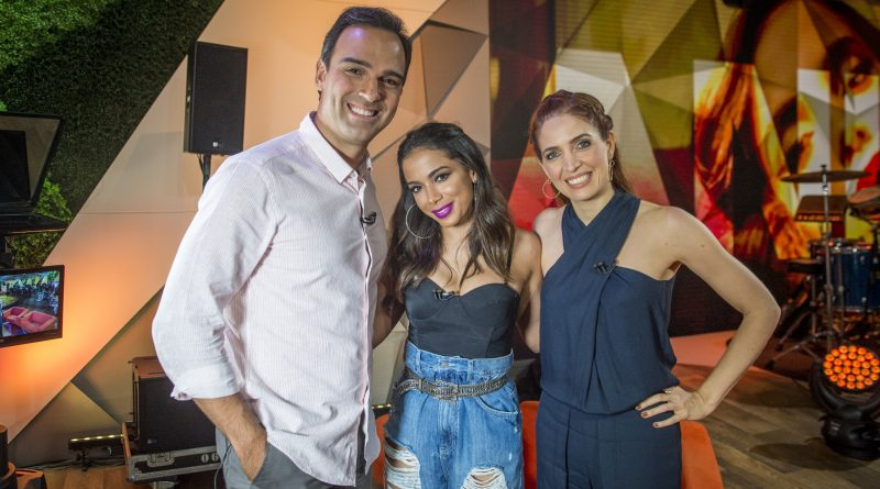 Os apresentadores Tadeu Schmidt e Poliana Abritta recebem a cantora Anitta no 'Fantástico' deste domingo. Crédito: Globo/ João Cotta