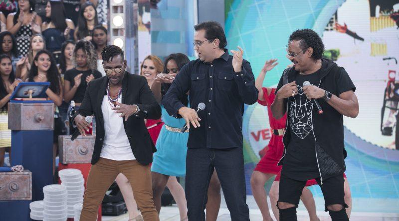 Grupo É o Tchan canta sucessos e faz surpresa para baiano que vende salgados de um jeito irreverente e engraçado Crédito das fotos: Edu Moraes/Record TV