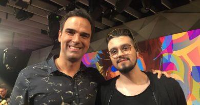 Tadeu Schmidt recebe Luan Santana no primeiro 'Fantástico' do ano. Crédito: Globo/ Camila Crespo