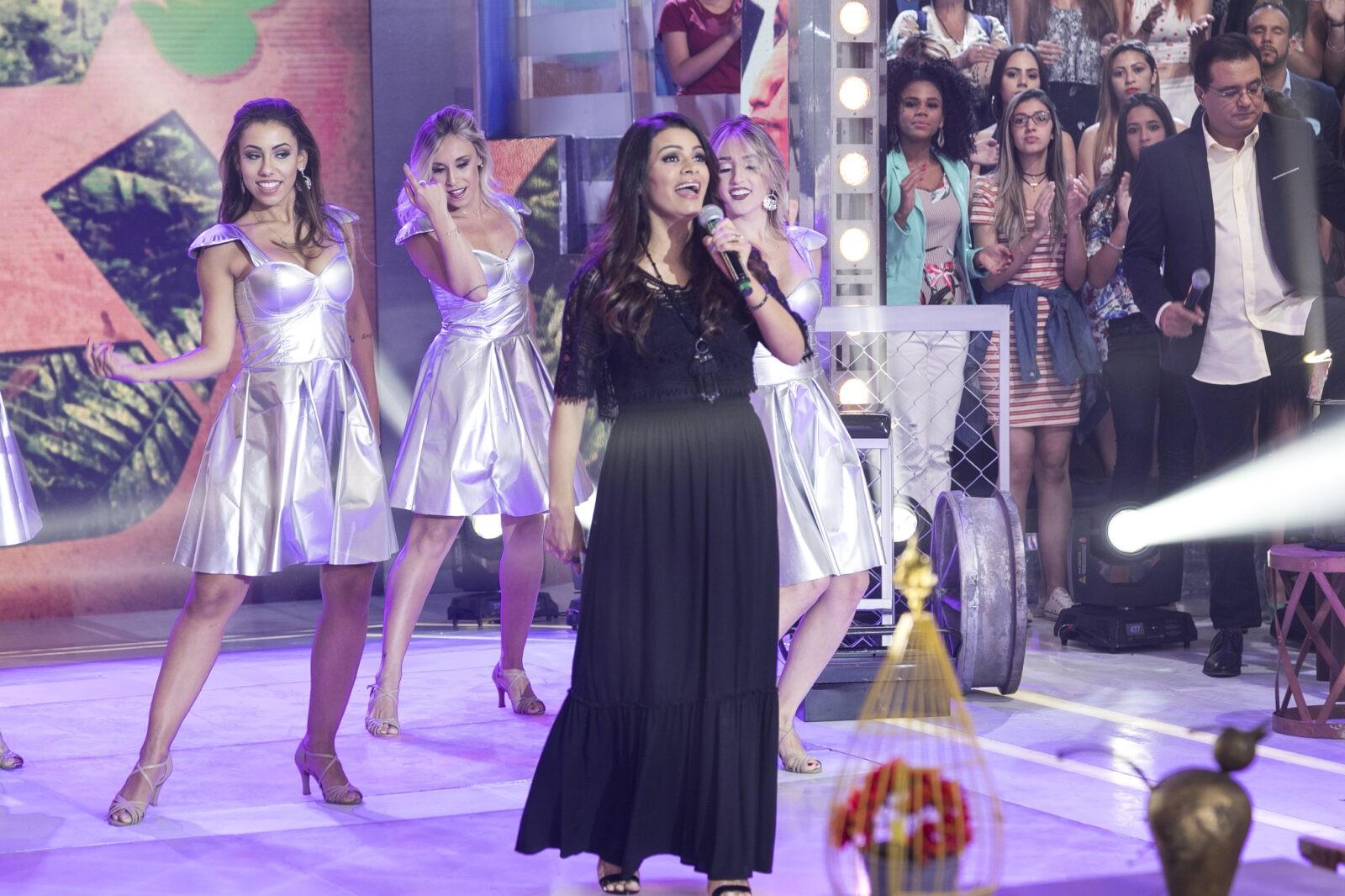 Cantora gospel Damares se emociona no Domingo Show