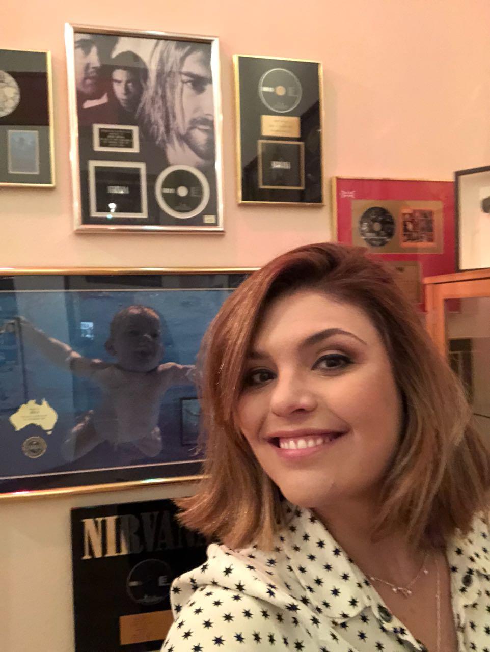 Ana Carolina Raimundi no estúdio de Dave Grohl. em Los Angeles. Crédito: Globo/ Divulgação