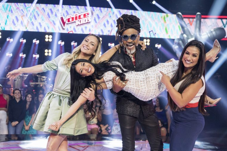 os técnicos do 'The Voice Kids' , Carlinhos Brown, Claudia Leitte e Simone & Simaria no palco do programa Crédito: Globo / Victor Pollak
