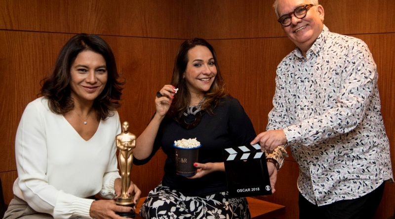 Dira Paes, Maria Beltrão e Artur Xexéo formam o trio da transmissão do Oscar 2018 na Globo. Crédito: Globo/ Estevam Avellar