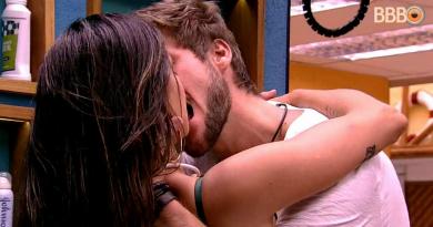 BBB 2018: Breno e Paula se beijam escondidos no banheiro (Foto/reprodução TV Globo)