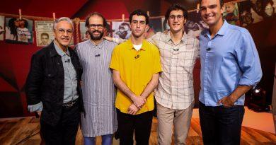 O apresentador Tadeu Schmidt recebe Caetano Veloso e os filhos Moreno, Zeca e Tom no palco do 'Fantástico'. Crédito: Globo/ Felipe Martini