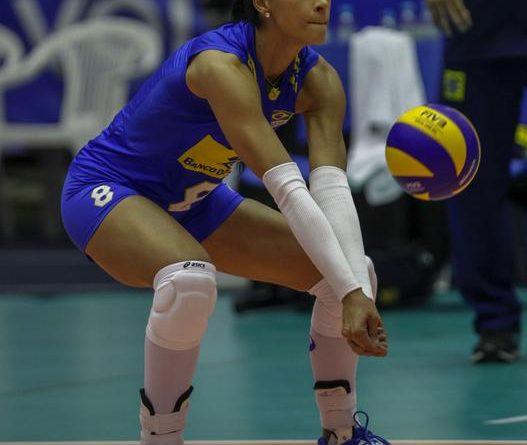 Jaqueline fez sua estreia como líbero (Divulgação/FIVB)