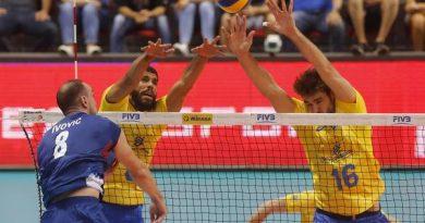 Ivovic tenta passar pelo bloqueio btrasileiro (Divulgação/FIVB)