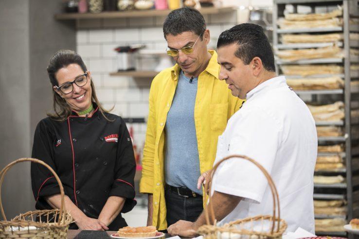 Batalha dos Confeiteiros Chef Olivier Anquier avalia tortas de maçãs feitas pelos competidores no Desafio do Confeiteiro