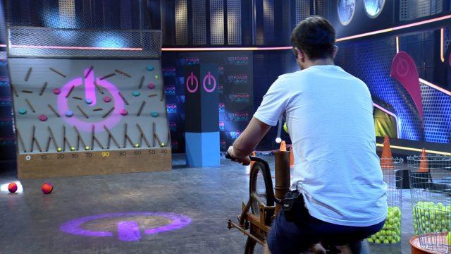 Maridos têm de mostrar equilíbrio ao andar de salto alto na Prova dos Homens do Power Couple Brasil Crédito das fotos: Divulgação/Record TV