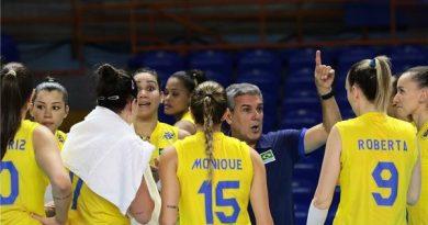 José Roberto Guimarães orienta o grupo brasileiro (Divulgação/FIVB)