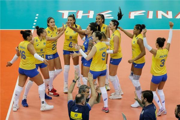 Brasil comemora a vitória (Divulgação/FIVB)