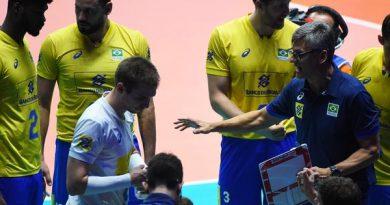 Renan orienta a equipe (Divulgação/FIVB)