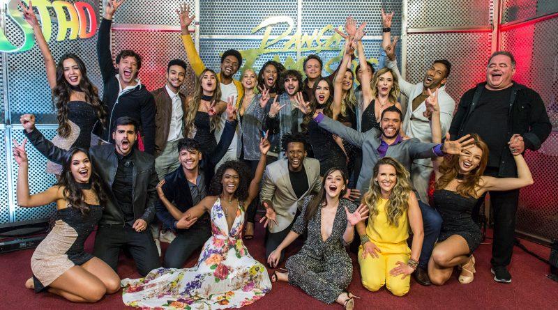 Os 12 participantes do 'Dança dos Famosos' e o grupo com os bailarinos Créditos: Globo/Fábio Rocha