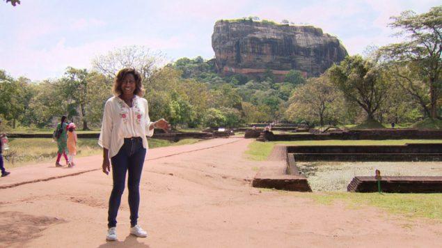 Glória Maria em Sigiriya, com a Rocha do Leão ao fundo