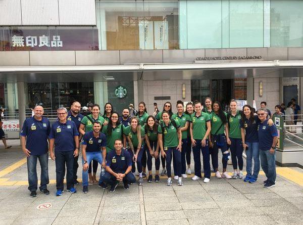 Seleção feminina no Japão (Divulgação/CBV)