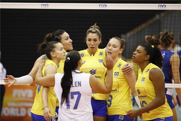 Brasil comemora ponto contra a Sérvia (Divulgação/FIVB)