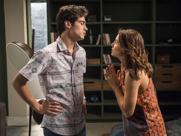 Rosa (Leticia Colin) conta para Valentim (Danilo Mesquita) que Luzia é sua mãe de sangue.