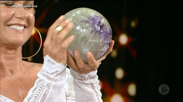 Xuxa ganha pedra no amigo secreto da Record e bomba na internet