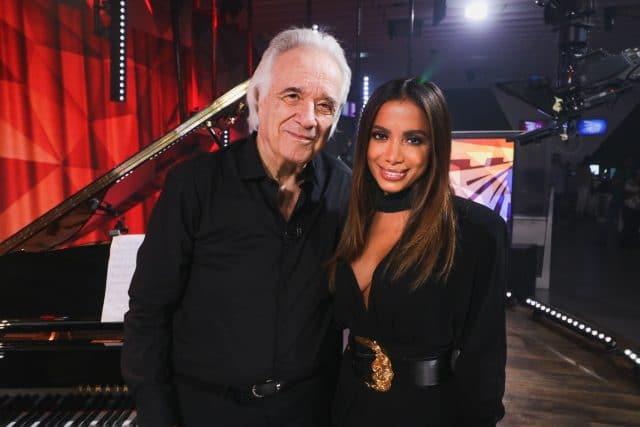 João Carlos Martins e Anitta, que interpreta 'Eu sei que vou te amar' na última apresentação do maestro ao piano. Crédito: Globo/ Felipe Martini