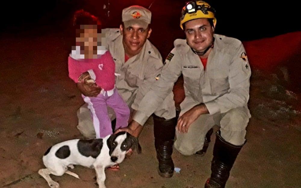 Criança foi encontrada pelos bombeiros ao lado do cachorro da família — Foto: Corpo de Bombeiros/Divulgação