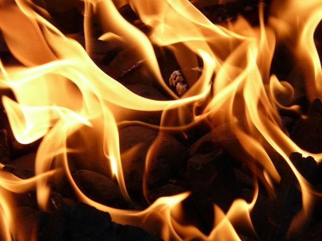 Mãe mata filha de 1 ano e coloca fogo