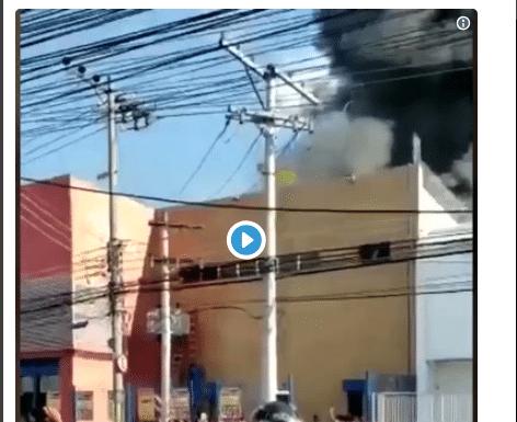 Supermercado no Rio de Janeiro pega fogo