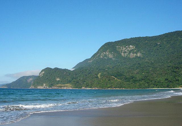 Guecá - São Sebastião - SP - Brasil; areia, mar e montanha By Ivano Gutz, CC BY-SA 3.0, https://commons.wikimedia.org/w/index.php?curid=52071033