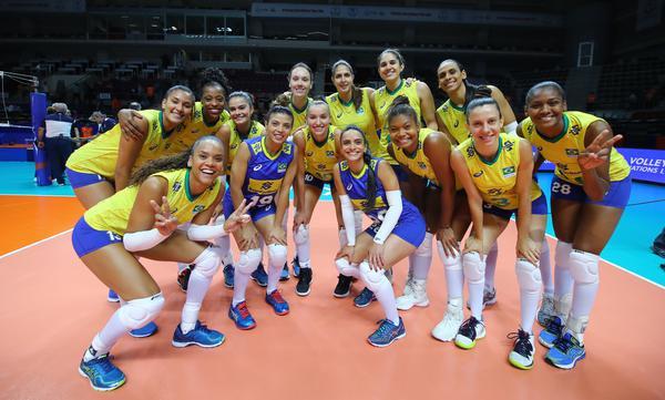 Brasil comemora vitória (Divulgação/FIVB)