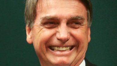 Brasília - O deputado Marcos Rogério cumprimenta Eduardo Bolsonaro ao lado de Jair Bolsonaro após o Conselho de Ética arquivar duas representações (12/17 e 13/17) contra Eduardo (Fabio Rodrigues Pozzebom/ Agencia Brasil).
