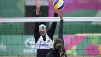 Horta e Ângela Carol Horta sobe alto para bloquear atleta das Ilhas Virgens (Alexandre Loureiro/.COB)