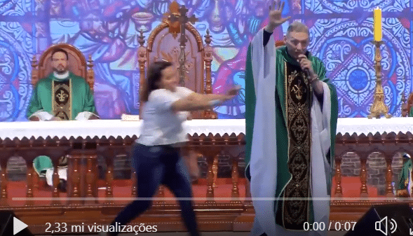 Padre Marcelo Rossi é atacado durante celebração e sofre queda grave
