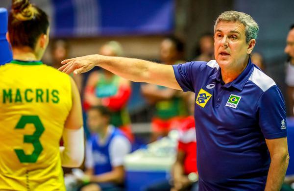 José Roberto Guimarães orienta o Brasil (Divulgação/FIVB)